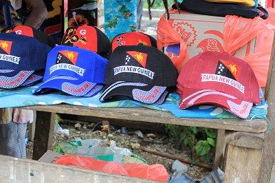 Topi yang dijual orang PNG di daerah perbatasan