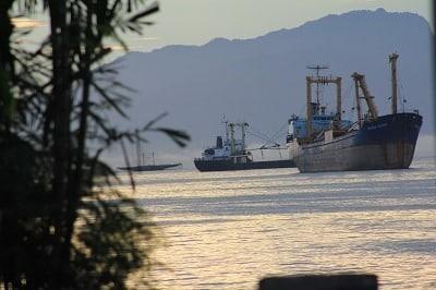Kapal di Teluk Jayapura yang dipotret dari Pantai Dok II