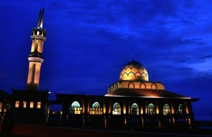 Fatwa Ulama: Memisahkan Shalat Sunnah Dan Shalat Wajib Dan Berpindah Tempat Antara Keduanya