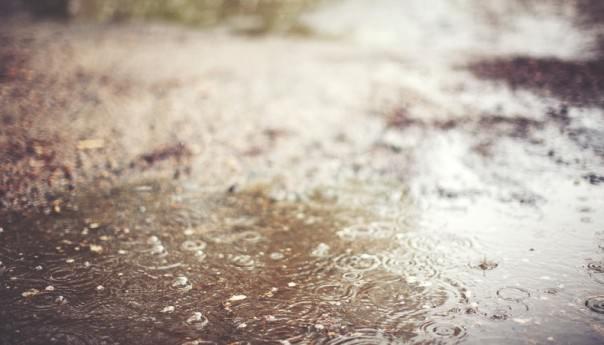 Bolehkah Menjamak Shalat Zhuhur dan Ashar Saat Hujan?