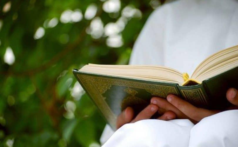 Fatwa Ulama: Mencium Mushaf Al Qur'an