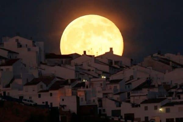 Tanda Kiamat, Bulan Terlihat Membesar (Supermoon) ?